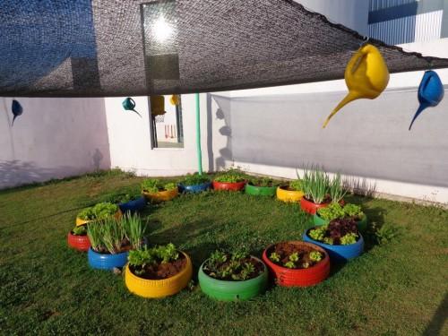 horta e jardim em pneus: Ceim Cecília Meireles cultiva jardim e horta em pneus / 23/07/2014